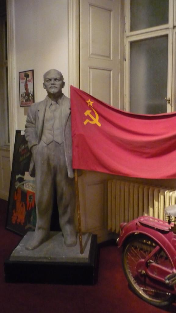 Lénine tenant le drapeau communiste