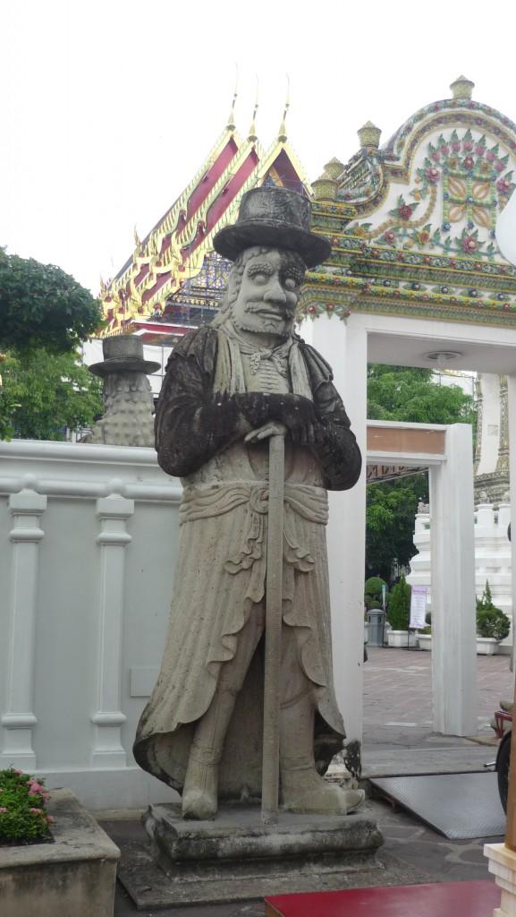 statue gardant wat pho
