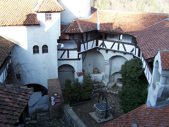 cour-interieur-chateau-bran