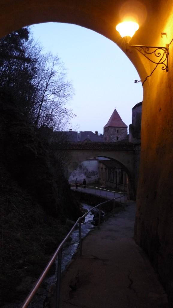 Rivière à l'extérieur des remparts de la ville