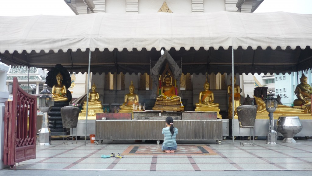 petite fille en prière à Wat Traimit
