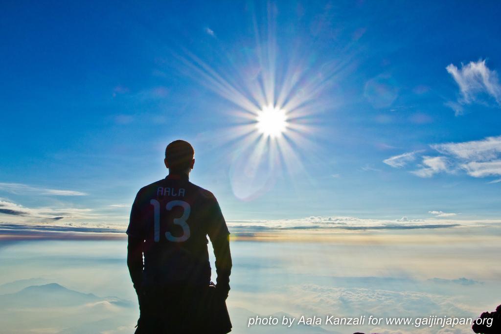 aala en haut du mount fuji pour le lever du soleil